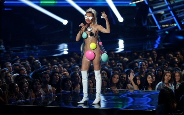 Miley cyrus,miley cyrus weird dressing,miley cyrus at MTV awards 2015,MTV Video Music Awards,miley cyrus MTV Video Music Awards