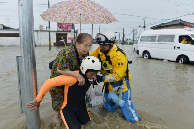 Japan floods,japan floods photos,Typhoon Etau,Typhoon Etau photos,japan evacuation,Heavy Rain Overflows Rivers,heavy rain in japan