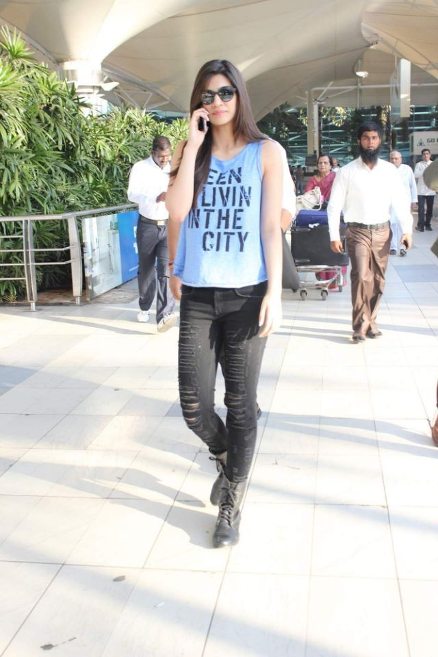 Alia Bhatt,Shraddha Kapoor,Kriti Sanon,Alia Bhatt in Black Ripped Jeans,Shraddha Kapoor spotted in Black Ripped Jeans,Kriti Sanon spotted in Black Ripped Jeans,Black Ripped Jeans,celebs in Black Ripped Jeans