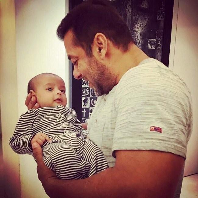 Salman Khan,Salman Khan teaches Sultan moves to his Nephew Ahil,Ahil,Sultan,Sultan moves to his Nephew Ahil,Nephew Ahil,Salman Khan with his Nephew Ahil,Salman Khan Nephew Ahil