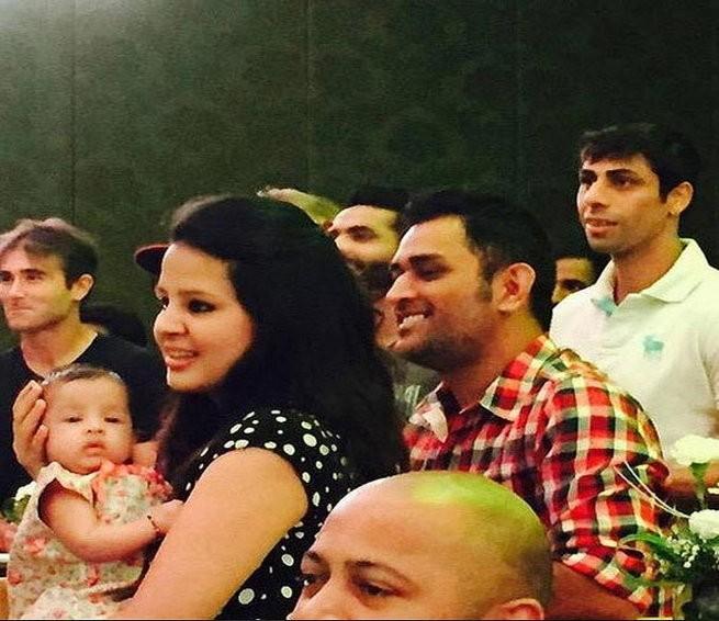 Gayle,Chris Gayle,Chris Gayle Selfie with Dhoni's Ziva,Chris Gayle with Dhoni's daughter Ziva,Chris Gayle selfie,Bravo Selfie,Bravo,Mahendra Singh Dhoni,Mahendra Singh Dhoni with ziva,MS Dhoni,Sakshi,Sakshi with ziva,dhoni with Sakshi