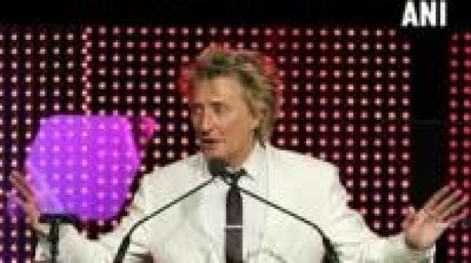Rod Stewart boasts about having 8 kids over 5 decades on Twitter