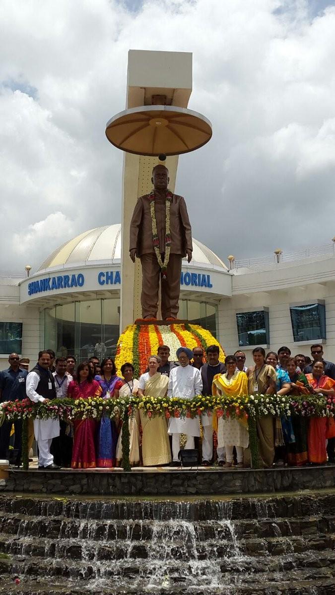 Sonia Gandhi,Manmohan Singh,Sonia Gandhi pays tributes to S.B. Chavan,Manmohan Singh pay tributes to S.B. Chavan,S.B. Chavan