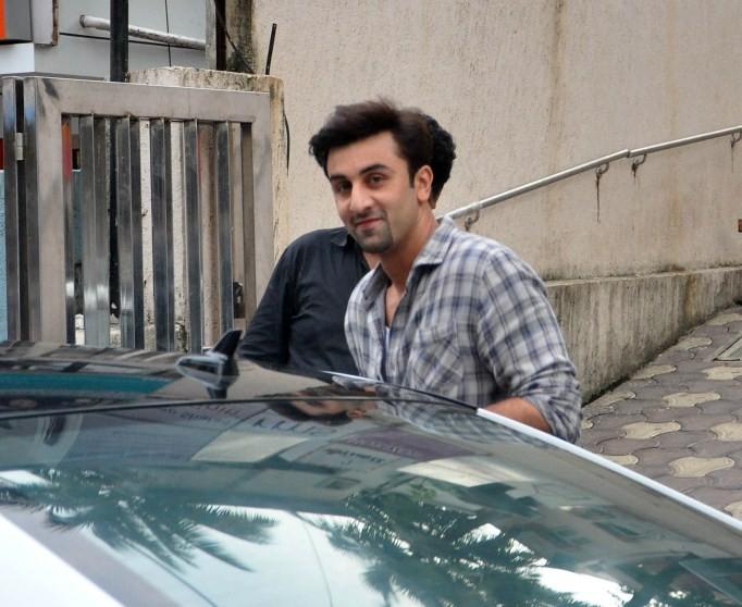 Ranbir Kapoor,actor Ranbir Kapoor,Ranbir Kapoor snapped at Bandra,Ranbir Kapoor at Bandra,Ranbir Kapoor latest pcis,Ranbir Kapoor latest images,Ranbir Kapoor latest photos,Ranbir Kapoor latest stills,Ranbir Kapoor latest pictures