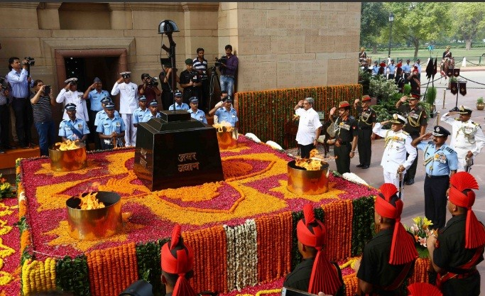 Defence Minister Manohar Parrikar and Service Chiefs pay tribute at Amar Jawan Jyoti on Kargil Vijay Diwas