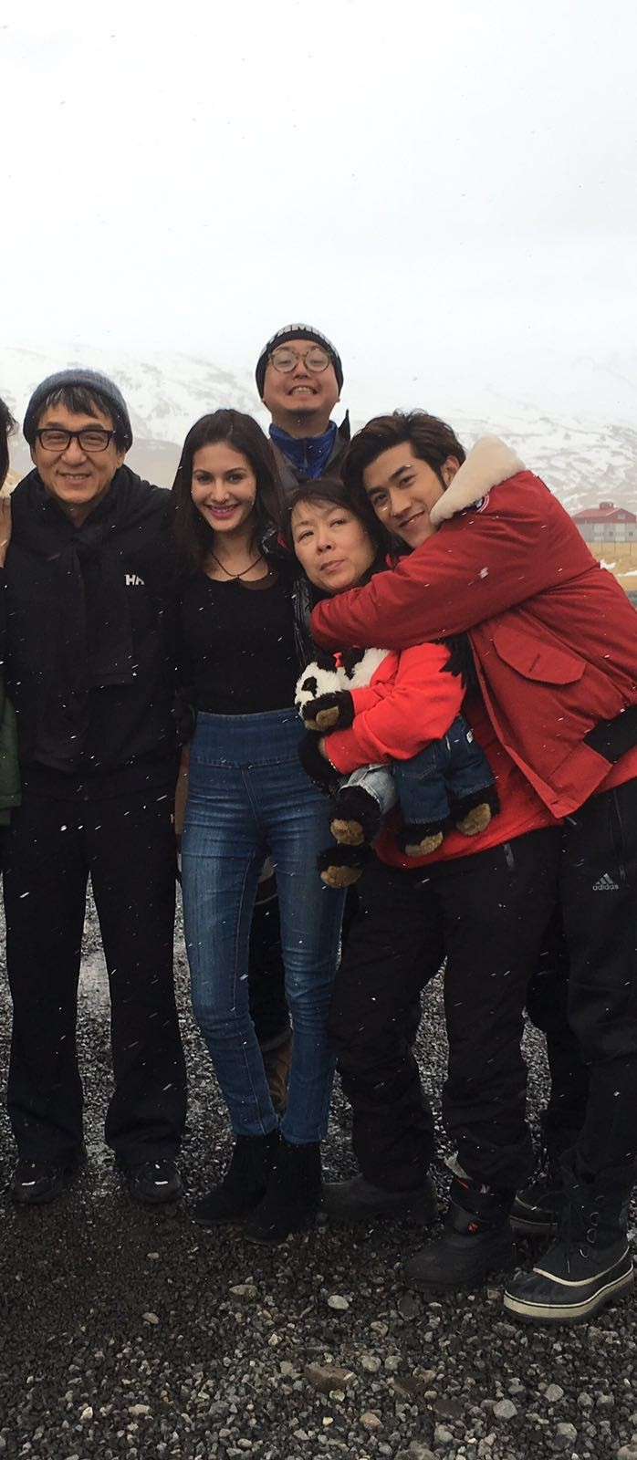 Amyra Dastur,Jackie Chan,Amyra Dastur gets farewell cake from Jackie Chan,Amyra Dastur and Jackie Chan,Amyra Dastur gets farewell,Kung Fu Yoga,actor Jackie Chan,actress Amyra Dastur