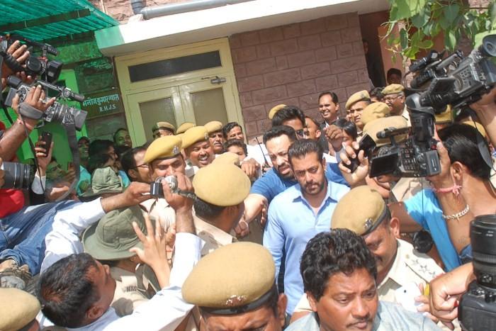 Salman Khan,actor Salman Khan,Salman Khan Arms Act case,Salman Khan pics,Salman Khan in Jodhpur Court,Salman Khan images,Salman Khan photos,Salman Khan stills,Salman Khan in court