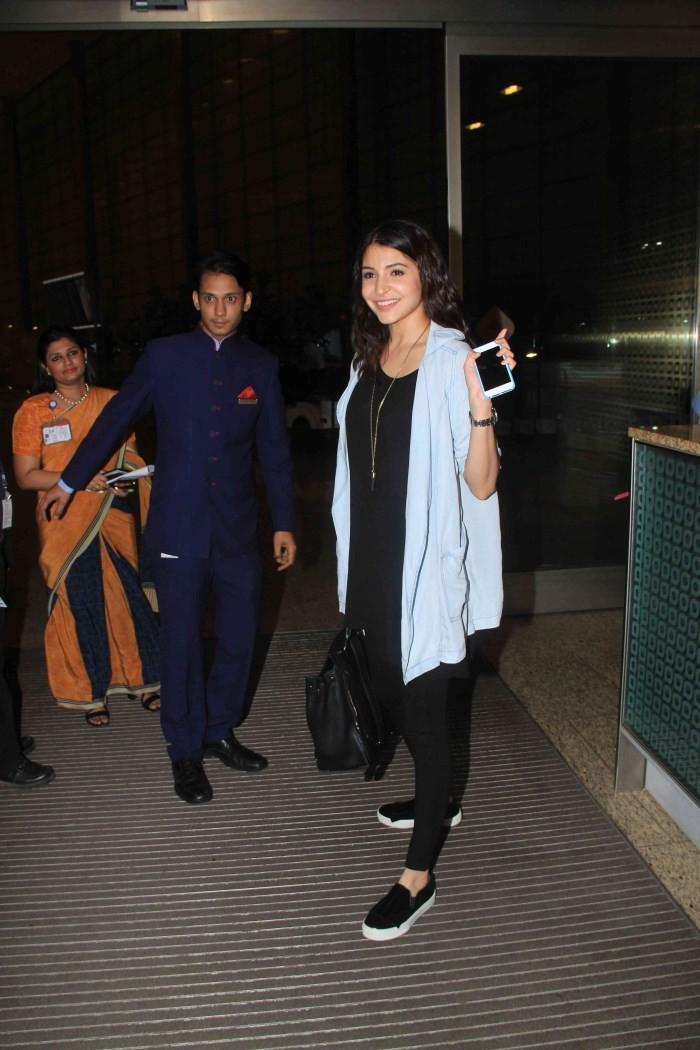 Anushka Sharma Snapped At International Airport,Anushka Sharma,actress Anushka Sharma,Anushka Sharma virat kohli,Anushka Sharma and Virat Kohli,Anushka Sharma latest pics,Anushka Sharma pics,Anushka Sharma images