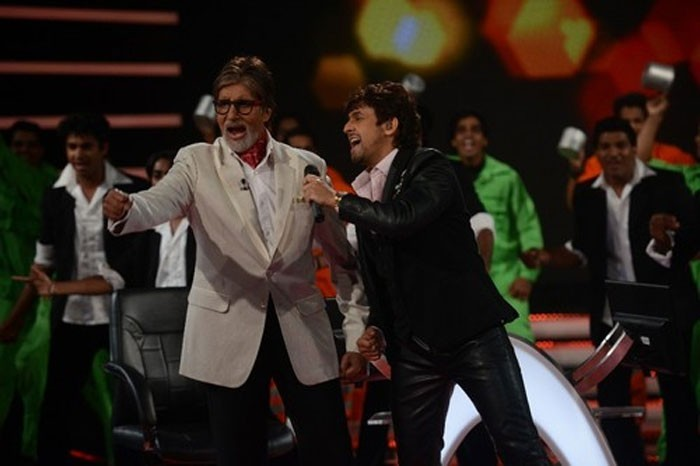 Sonu Nigam performing with Big B on KBC 7's inaugural episode