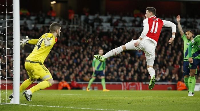 Mesut Ozil Arsenal Fraser Forster Southampton