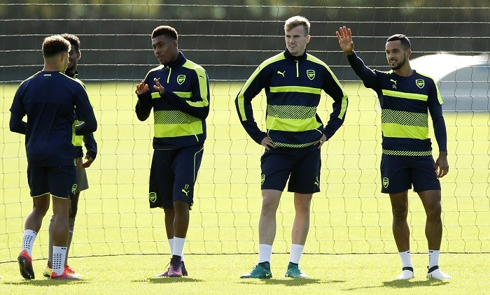 Iwobi Holding Walcott Arsenal