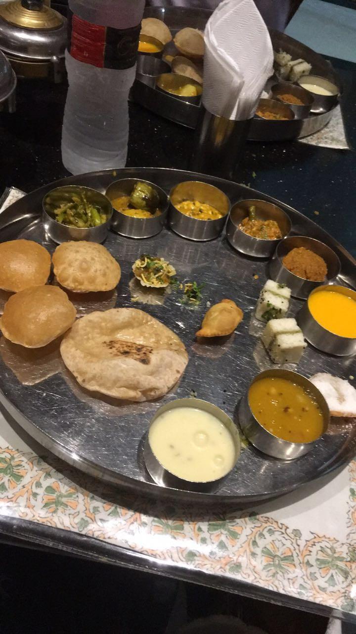 Housefull 3 team,Akshay Kumar,Abhishek,Riteish,Jacqueline,lisa,Gujarati thali,Housefull 3 team gorges on delicious Gujarati Thali