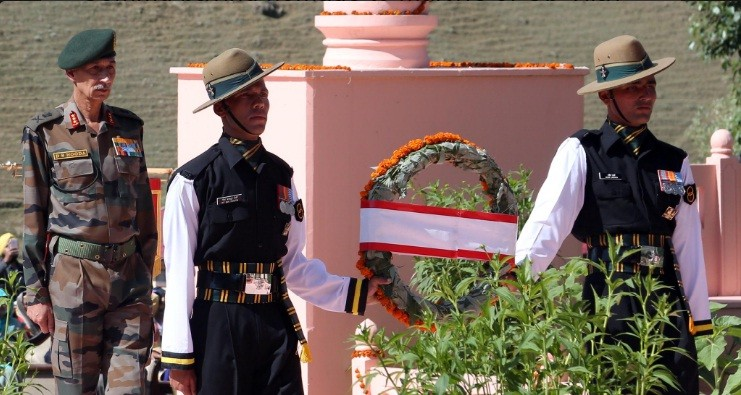 Lt Gen DS Hooda Army Commander Northern Command paying homage to martyrs of Operation Vijay on kargil Vijay Diwas at Drass.