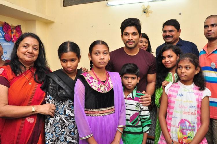 Allu Arjun,actor Allu Arjun,Allu Arjun Met Cancer Affected Kids in Hyderabad,Allu Arjun Met Cancer Kids,Cancer Affected Kids,Allu Arjun pics,Allu Arjun images,Allu Arjun photos,Allu Arjun stills,Allu Arjun pictures