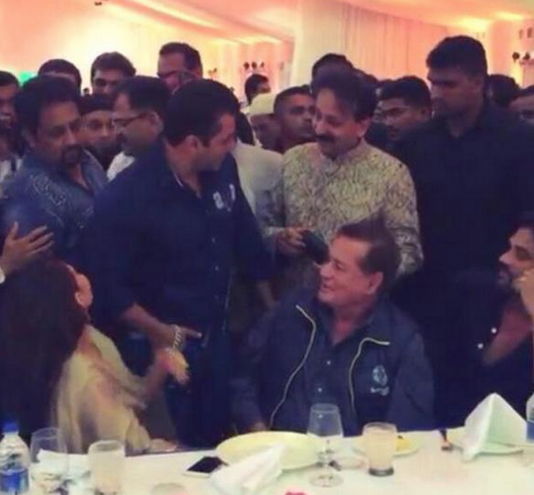 Salman Khan at Baba Siddique's Iftaar party,Baba Siddique's Iftaar party,Salman Khan,Jacqueline Fernandez at Baba Siddique's Iftaar party,Jacqueline Fernandez,Varun Dhawan at Baba Siddique's Iftaar party,Varun Dhawan,Baba Siddique's Iftaar party 2015,Baba