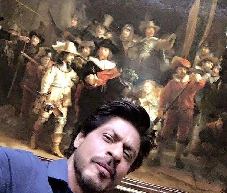 Shah Rukh Khan,Shah Rukh Khan selfi with Rijksmuseum,Rijksmuseum,Rijksmuseum painting,SRK poses with Rembrandt painting,Rembrandt painting