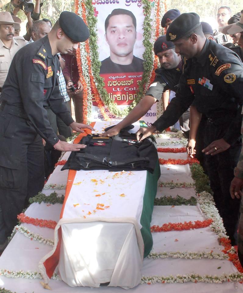 NSG Lt Col Niranjan Kumar,Niranjan Kumar,Pathankot terror attack,Pathankot,Pathankot attack,Lieutenant Colonel Niranjan Kumar,People pay tribute to NSG Lt Col Niranjan Kumar