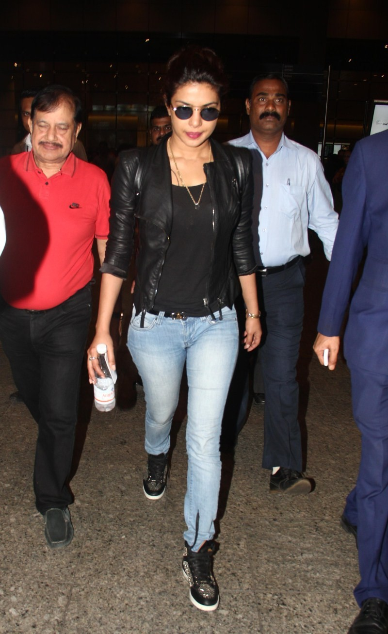 Priyanka Chopra spotted at International Airport,Priyanka Chopra at International Airport,Priyanka Chopra,actress Priyanka Chopra,Priyanka Chopra pics,Priyanka Chopra images,Priyanka Chopra stills,Priyanka Chopra photos,Priyanka Chopra latest pics,Priyank