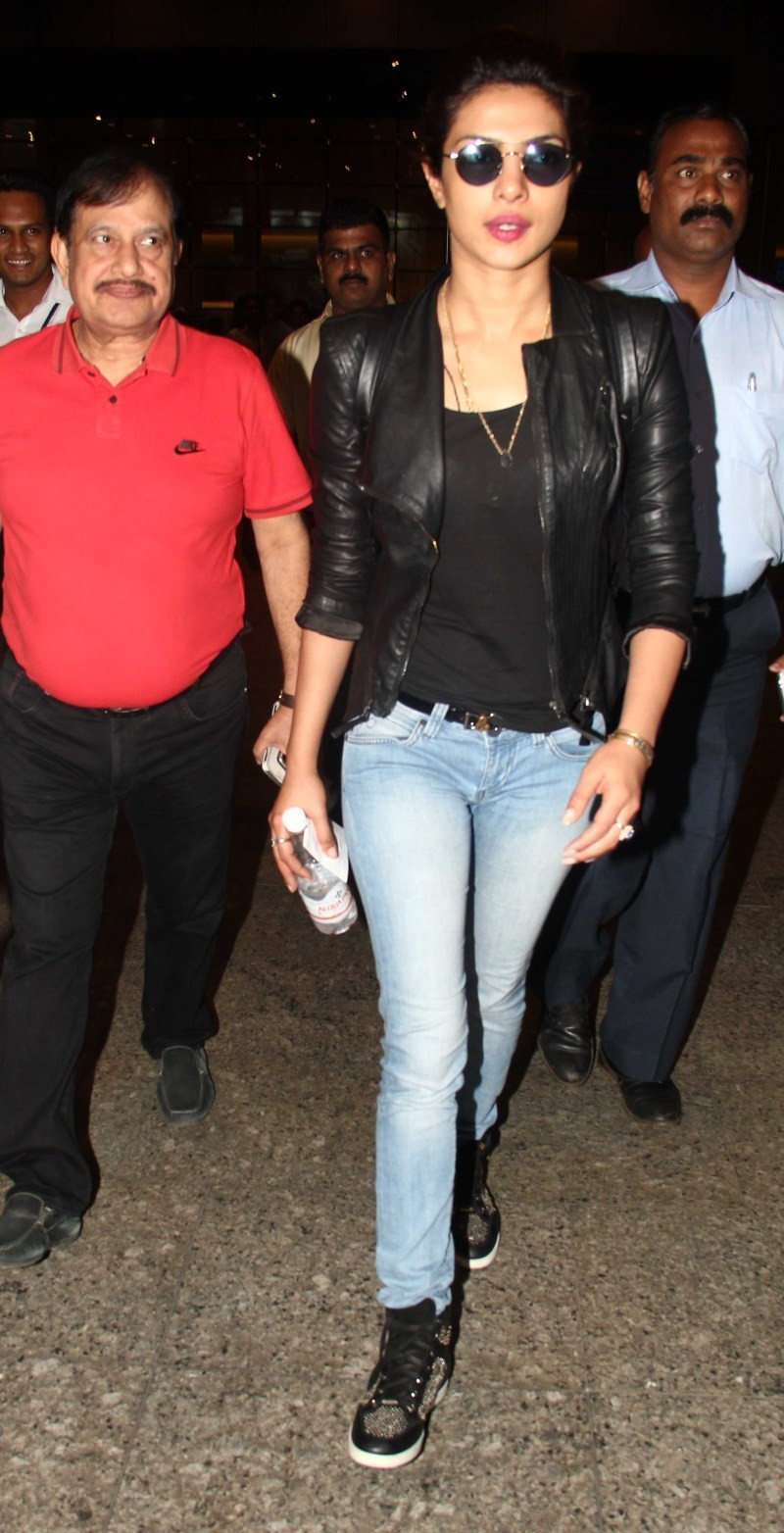Priyanka Chopra spotted at International Airport,Priyanka Chopra at International Airport,Priyanka Chopra,actress Priyanka Chopra,Priyanka Chopra pics,Priyanka Chopra images,Priyanka Chopra stills,Priyanka Chopra photos,Priyanka Chopra latest pics,Priyank