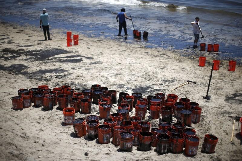 Pipeline Ruptures in California,Santa Barbara oil spill,oil spill,California oil spill,Santa Barbara County oil,Pipeline bursts,spills oil into ocean off California,Pipeline Ruptures In California,Leaks Oil Into Pacific Ocean,Pacific Ocean