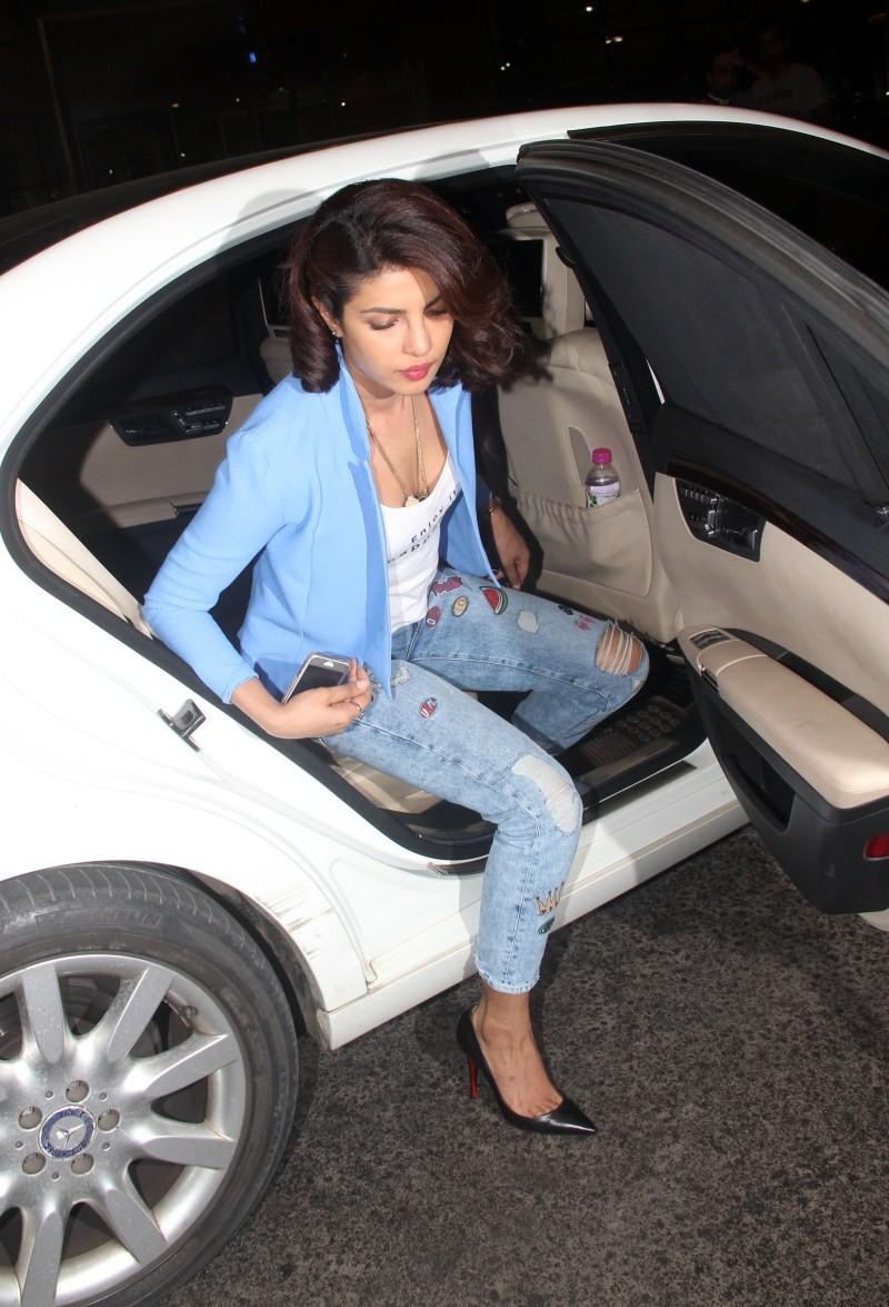 Priyanka Chopra spotted at Domestic Airport,Priyanka Chopra at Airport,Priyanka Chopra,actress Priyanka Chopra,Priyanka Chopra pics,Priyanka Chopra images,Priyanka Chopra photos,Priyanka Chopra stills,Priyanka Chopra latest pics,Priyanka Chopra latest ima