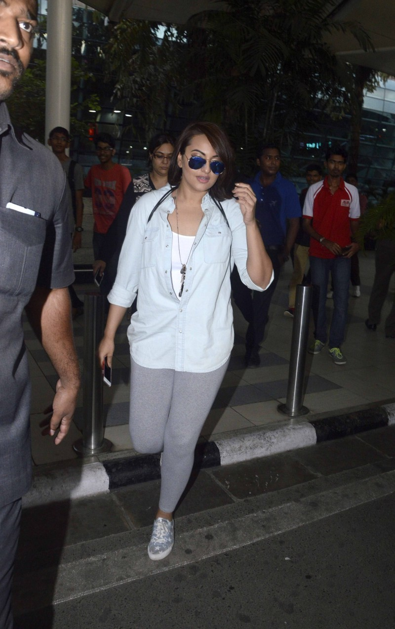Sonakshi Sinha snapped at Domestic Airport,Sonakshi Sinha snapped at Airport,Sonakshi Sinha,actress Sonakshi Sinha,Sonakshi Sinha pics,Sonakshi Sinha images,Sonakshi Sinha photos,Sonakshi Sinha stills,Sonakshi Sinha pictures,Sonakshi Sinha latest pics,Son