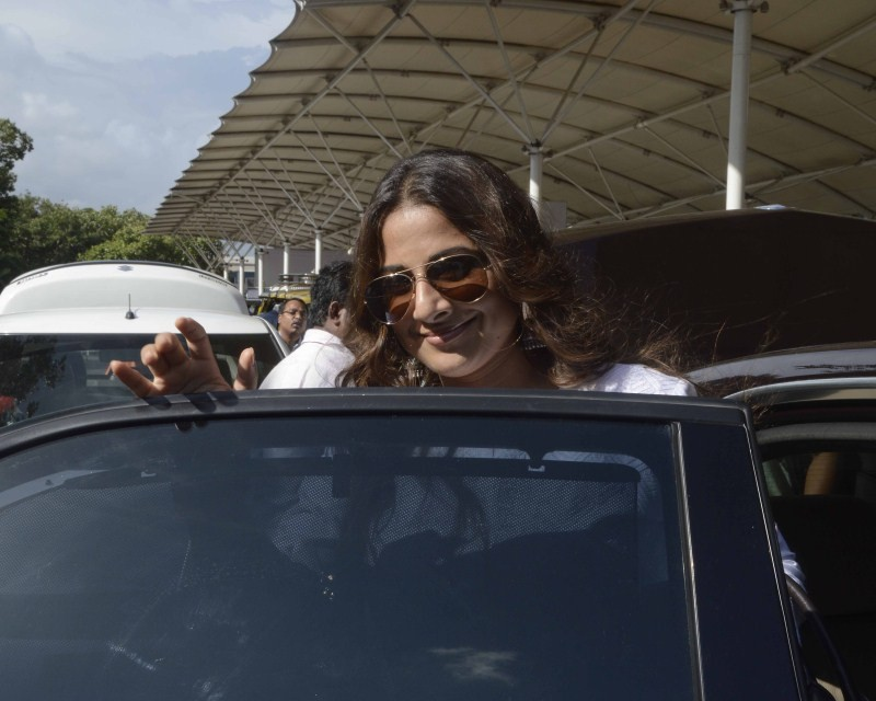 Vidya Balan,Varun Dhawan,Shraddha Kapoor,Vidya Balan snapped at Mumbai Airport,Varun Dhawan snapped at Mumbai Airport,Shraddha Kapoor snapped at Mumbai Airport,celebs snapped at Mumbai Airport,celebs at Mumbai Airport