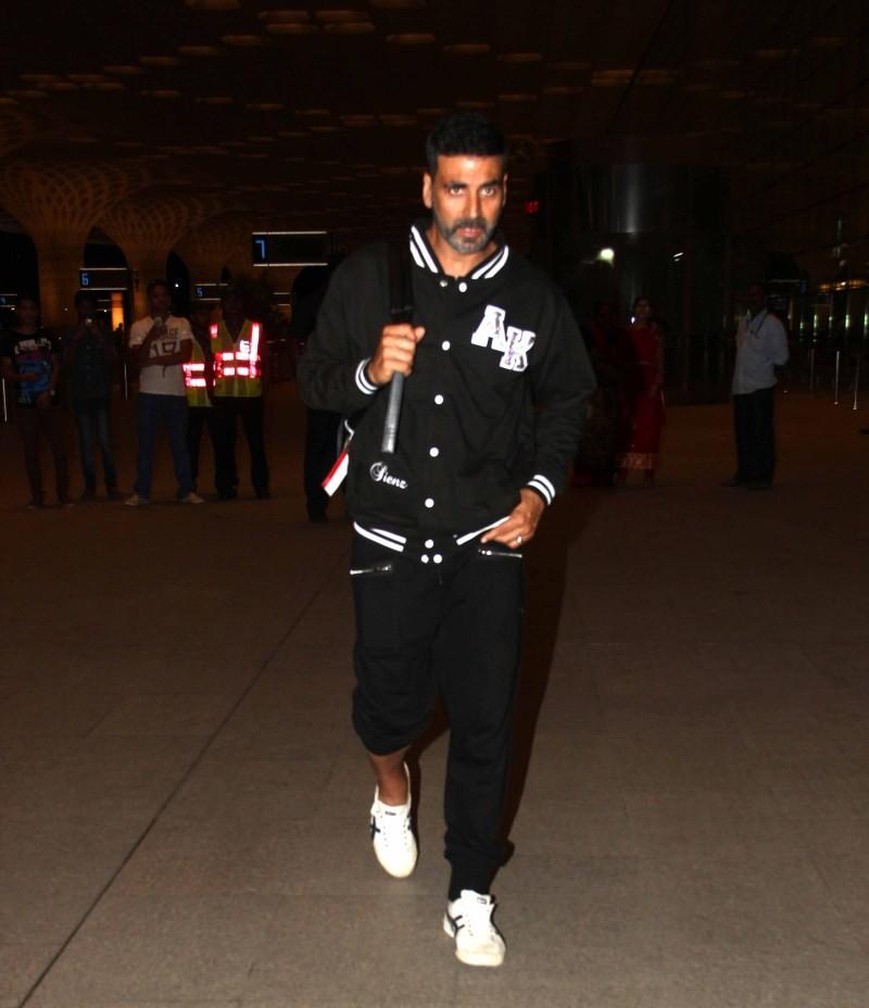 Akshay Kumar,Akshay Kumar snapped at Mumbai Airport,actor Akshay Kumar,Akshay Kumar pics,Akshay Kumar images,Akshay Kumar photos,Akshay Kumar stills