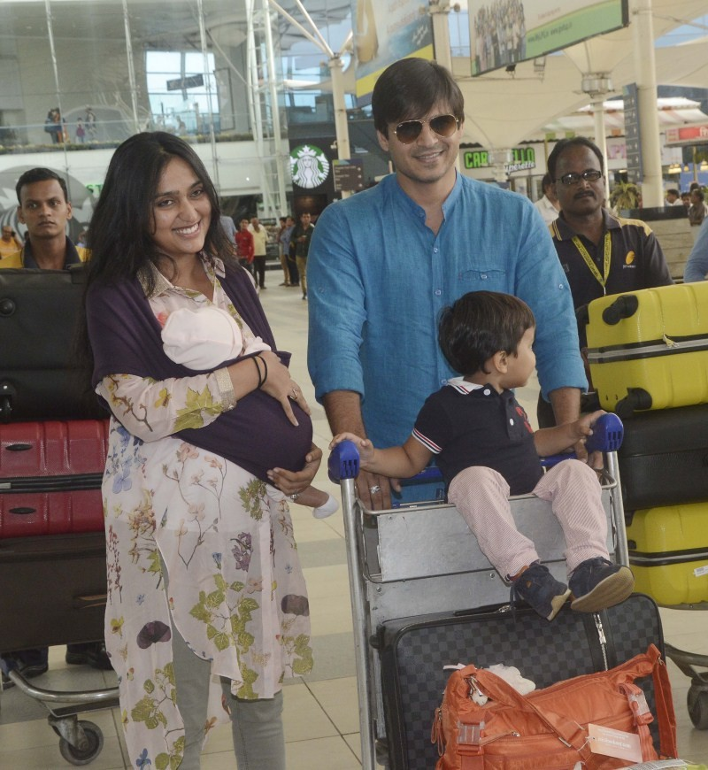 Vivek Oberoi,Vivek Oberoi with Son snapped at Airport,Vivek Oberoi with Son,Vivek Oberoi with his Son,Vivek Oberoi family