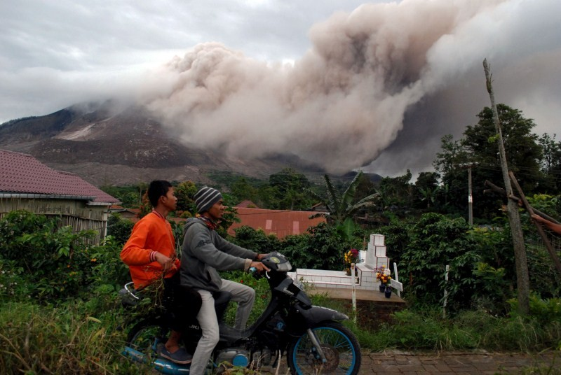 Mount Sinabung erupts,Indonesia's Mount Sinabung Erupts,Mount Sinabung,North Sumatra,Sukanalu village,volcano,Sinabung volcano,Mount Sinabung Volcano's eruption,Volcanic ash