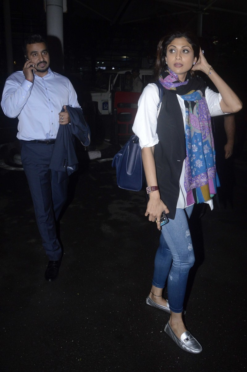 Shilpa Shetty,actress Shilpa Shetty,Shilpa Shetty snapped at Domestic Airport,Shilpa Shetty at Airport,Shilpa Shetty snapped at Airport,Shilpa Shetty pics,Shilpa Shetty images,Shilpa Shetty photos,Shilpa Shetty stills,Shilpa Shetty pictures,Shilpa Shetty