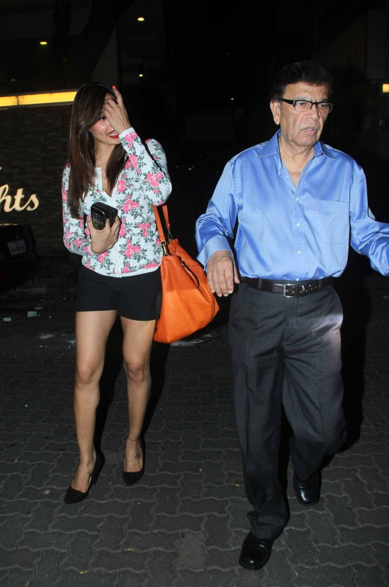 Bipasha Basu,Bipasha Basu Snapped with her father at Bandra,Bipasha Basu Snapped with her father,Bipasha Basu Snapped at Bandra,actress Bipasha Basu,Bipasha Basu pics,Bipasha Basu images,Bipasha Basu photos,Bipasha Basu stills,Bipasha Basu pictures