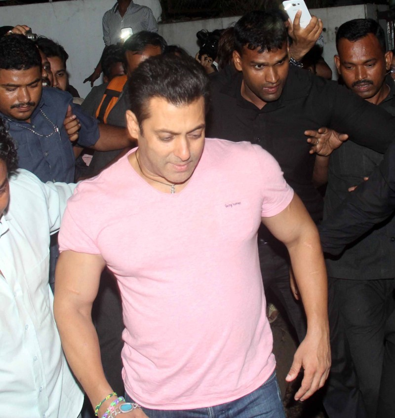 Salman Khan,actor Salman Khan,Salman Khan spotted in Bandra,Salman Khan in Bandra,Salman Khan Latest Pics,Salman Khan Latest images,Salman Khan Latest photos,Salman Khan Latest stills,Salman Khan Latest pictures,Salman Khan pics