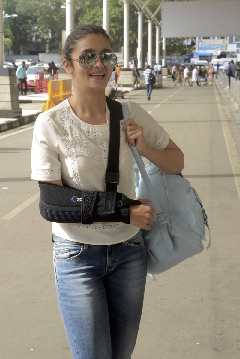 Alia Bhatt,actress Alia Bhatt,Alia Bhatt spotted at Domestic Airport,Alia Bhatt at Airport,Alia Bhatt pics,Alia Bhatt images,Alia Bhatt photos,Alia Bhatt stills,Alia Bhatt pictures,Alia Bhatt hot pics