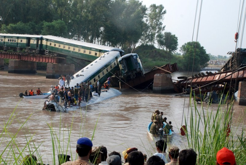 Gujranwala Train Accident,Train Accident,Train Accident in Gujranwala,Pakistan army,canal near Gujranwala,Gujranwala train crash,train crash