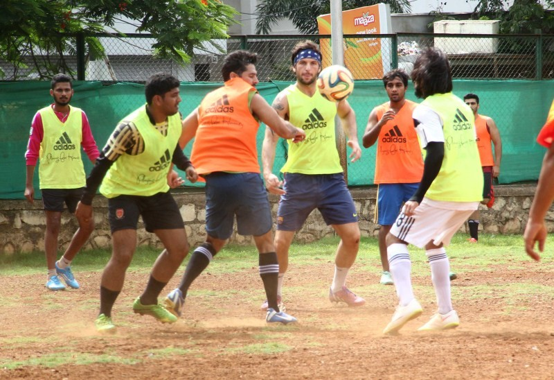 Ranbir Kapoor,Arjun Kapoor,Ranbir Kapoor snapped Playing Football at Khar,Arjun Kapoor snapped Playing Football at Khar,Ranbir Kapoor Playing Football,Arjun Kapoor Playing Football,Ranbir Kapoor and Arjun Kapoor