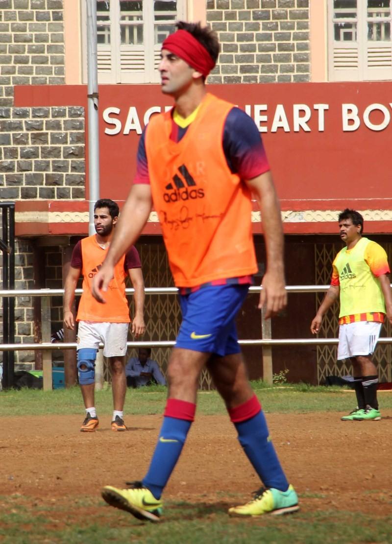 Ranbir Kapoor,Arjun Kapoor,Ranbir Kapoor snapped Playing Football at Khar,Arjun Kapoor snapped Playing Football at Khar,Ranbir Kapoor Playing Football,Arjun Kapoor Playing Football,Ranbir Kapoor and Arjun Kapoor