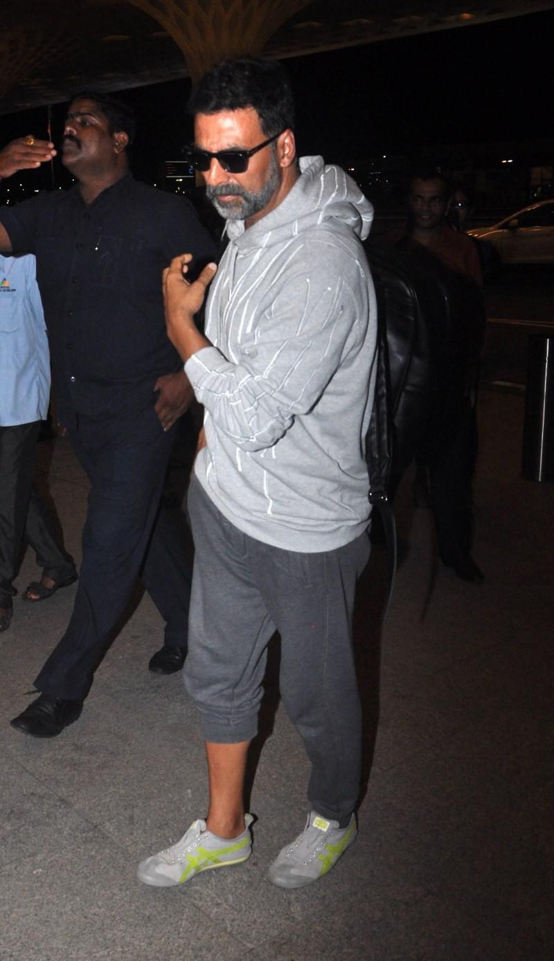 Akshay Kumar,actor  Akshay Kumar,Akshay Kumar snapped at the airport,Akshay Kumar snapped at airport,Singh Is Bling,Akshay Kumar's Singh Is Bling,Akshay Kumar pics,Akshay Kumar images,Akshay Kumar photos,Akshay Kumar stills