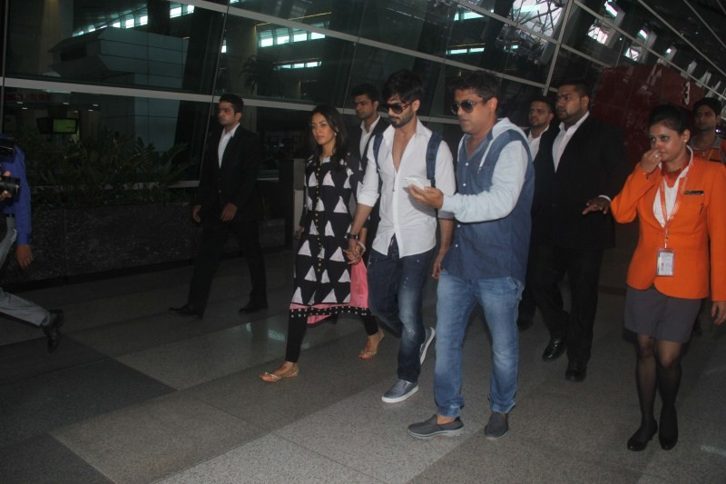 Shahid Kapoor,Shahid Kapoor leaves for Mumbai with wife Mira Rajput,Shahid Kapoor and Mira Rajput,Mira Rajput,Shahid Kapoor wife Mira Rajput,Shahid Kapoor wife Mira Rajput pics,Shahid Kapoor wife Mira Rajput images,Shahid Kapoor wife Mira Rajput stills,Sh