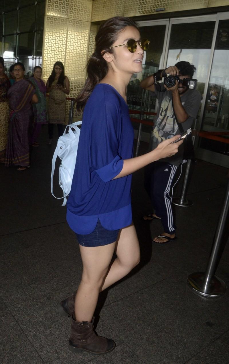 Alia Bhatt,actress Alia Bhatt,Alia Bhatt Spotted at International Airport,Alia Bhatt Spotted at Airport,Alia Bhatt latest pics,Alia Bhatt latest images,Alia Bhatt latest photos,Alia Bhatt latest stills,Alia Bhatt latest pictures
