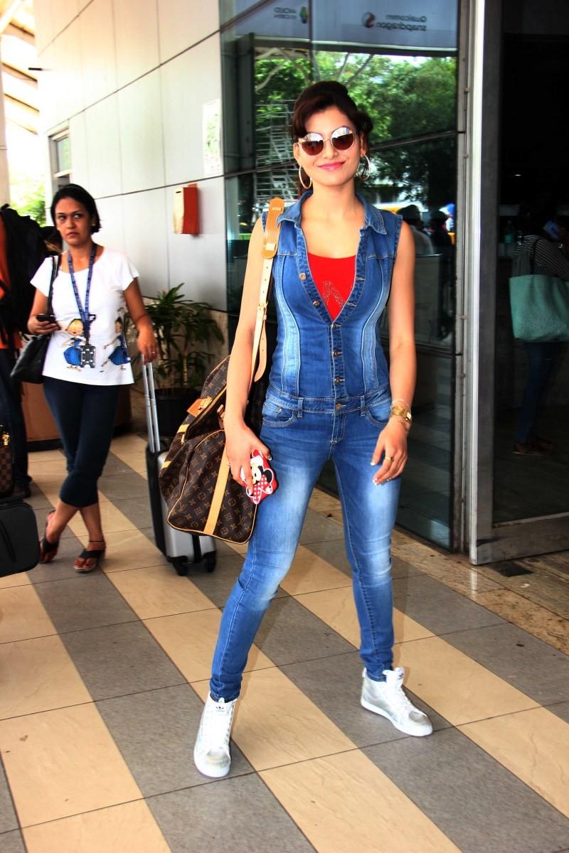 Urvashi Rautela,actress Urvashi Rautela,Urvashi Rautela snapped at Mumbai Airport,Urvashi Rautela at Mumbai Airport,Urvashi Rautela latest pics,Urvashi Rautela latest images,Urvashi Rautela latest photos,Urvashi Rautela latest stills,Urvashi Rautela lates