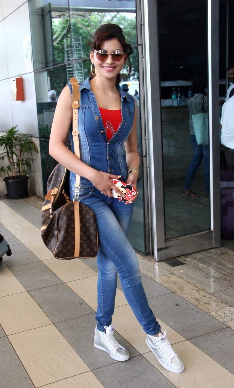 Urvashi Rautela,actress Urvashi Rautela,Urvashi Rautela snapped at Mumbai Airport,Urvashi Rautela at Mumbai Airport,Urvashi Rautela latest pics,Urvashi Rautela latest images,Urvashi Rautela latest photos,Urvashi Rautela latest stills,Urvashi Rautela lates
