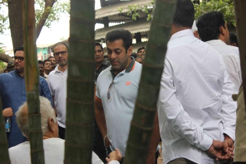 Salman Khan attend funeral of Prashant Gunjalkar's father,Salman Khan,actor Salman Khan,Salman Khan at Prashant Gunjalkar's father funeral,Prashant Gunjalkar's father funeral,Salman Khan latest pics,Salman Khan latest images,Salman Khan latest photos,Salm