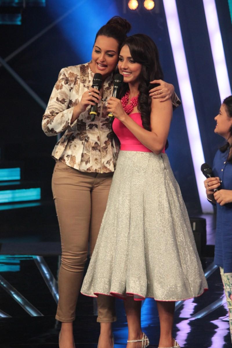 Sonakshi Sinha,Sonakshi Sinha Performs with Neeti Mohan on Indian Idol Junior,Neeti Mohan,Indian Idol Junior,Har Kisko Nahi Milta,Sonakshi Sinha croons Har Kisiko Nahin Milta,Sonakshi Sinha latest pics,Sonakshi Sinha latest images,Sonakshi Sinha latest ph