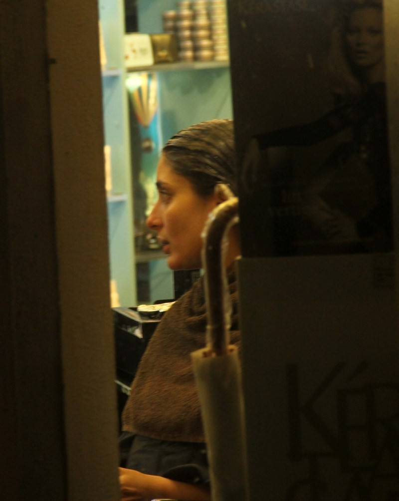 Kareena Kapoor Khan and Karisma Kapoor snapped at salon in Bandra,Kareena Kapoor snapped at salon,Karisma Kapoor snapped at salon in Bandra,Kareena Kapoor Khan and Karisma Kapoor,Kareena Kapoor Khan,Kareena Kapoor,Karisma Kapoor
