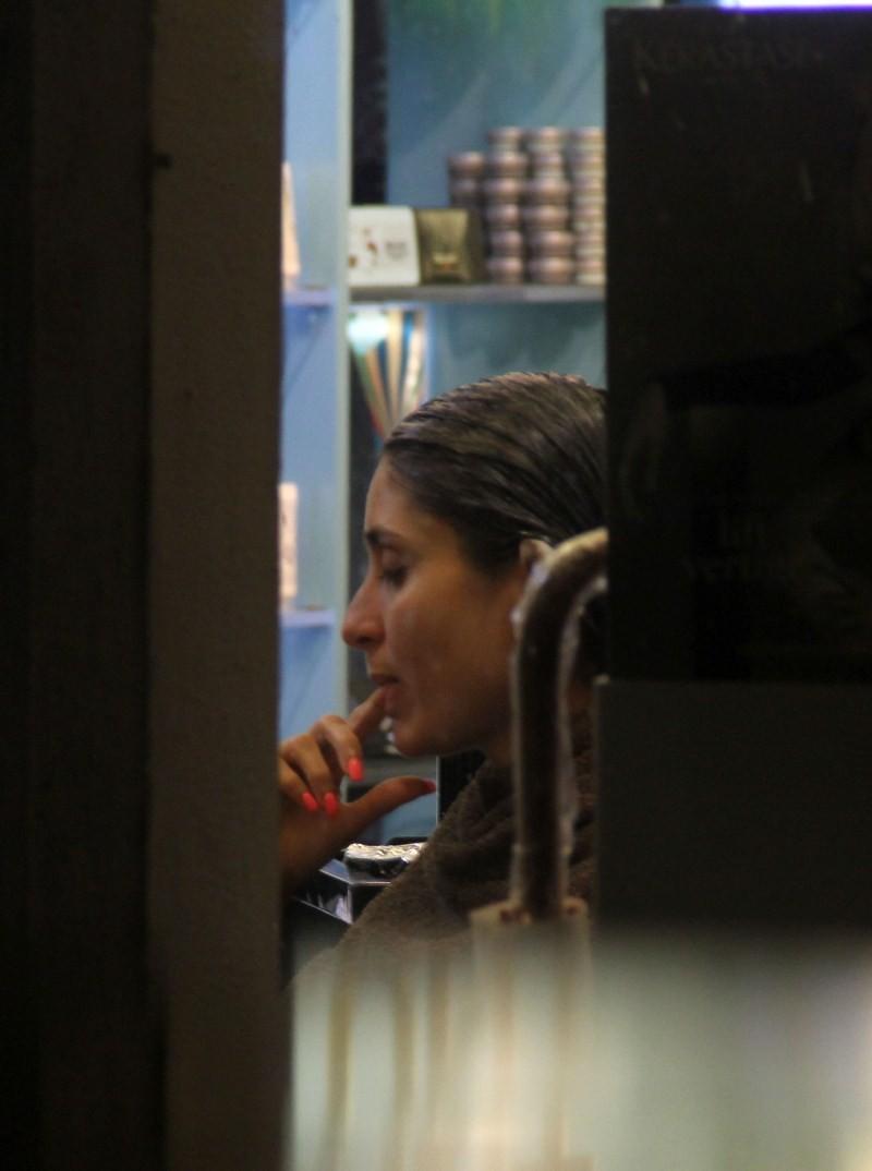Kareena Kapoor Khan and Karisma Kapoor snapped at salon in Bandra,Kareena Kapoor snapped at salon,Karisma Kapoor snapped at salon in Bandra,Kareena Kapoor Khan and Karisma Kapoor,Kareena Kapoor Khan,Kareena Kapoor,Karisma Kapoor