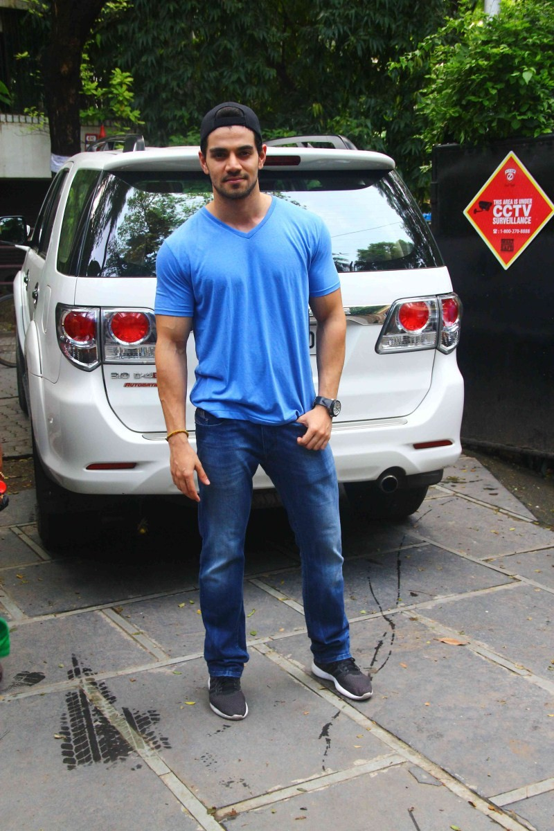 Suraj Pancholi snapped at Bandra,Suraj Pancholi,actor Suraj Pancholi,Suraj Pancholi latest pics,Suraj Pancholi latest images,Suraj Pancholi latest photos,Suraj Pancholi latest stills,Suraj Pancholi latest pictures