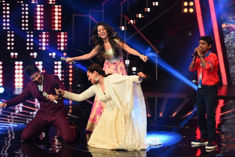 Sonakshi Sinha dances on Chaiyya Chaiyya on the sets of Indian Idol,Sonakshi Sinha dances on Chaiyya Chaiyya,Chaiyya Chaiyya on the sets of Indian Idol,Indian Idol,Sonakshi Sinha,actress Sonakshi Sinha,Sonakshi sinha dancing,Sonakshi Sinha latest pics,Son