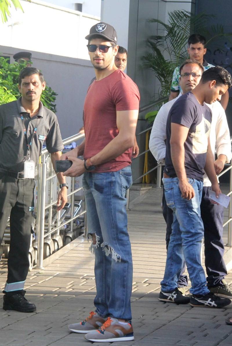 Sidharth Malhotra snapped at Mumbai Airport,Sidharth Malhotra at Mumbai Airport,Sidharth Malhotra,actor Sidharth Malhotra,Sidharth Malhotra latest pics,Sidharth Malhotra latest images,Sidharth Malhotra latest photos,Sidharth Malhotra latest stills,Sidhart