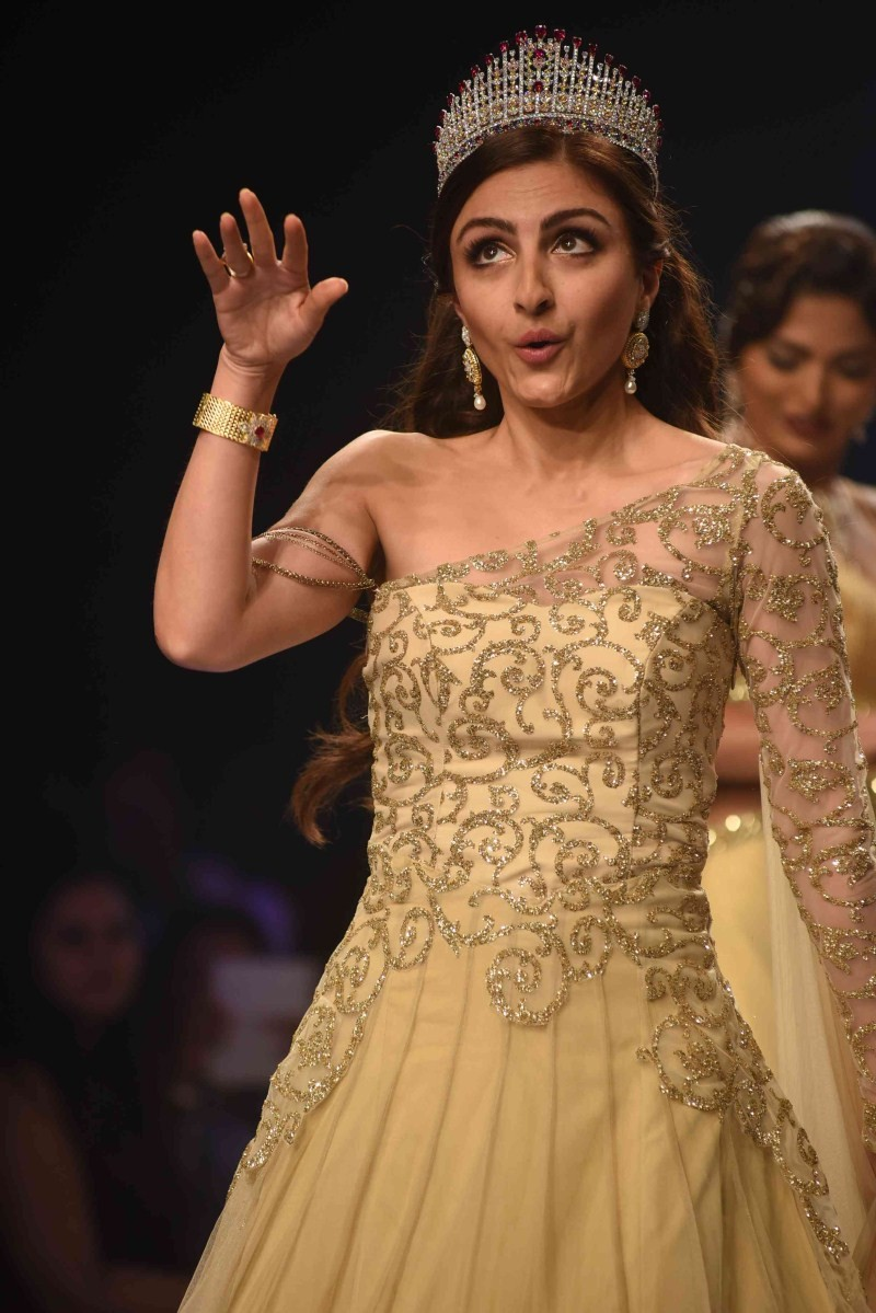 Soha Ali Khan,Soha Ali Khan ramp walk,IIJW 2015,IIJW,India International Jewellery Week 2015,India International Jewellery Week,Soha Ali Khan latest pics,actress Soha Ali Khan,Soha Ali Khan latest images,Soha Ali Khan latest stills,Soha Ali Khan latest pi